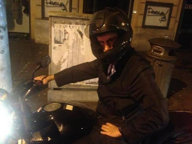 Il tour notturno per le strade di Roma è tutto raccontato in foto su twitter, dove, chi lo seguiva, ha postato le immagini. E così, il primo cittadino è diventato «Batman» per chi ha osservato (con ironia soprattutto) e rilanciato la fotostory sul sito di microblogging (foto da twitter di @LucaBaccarelli1)
