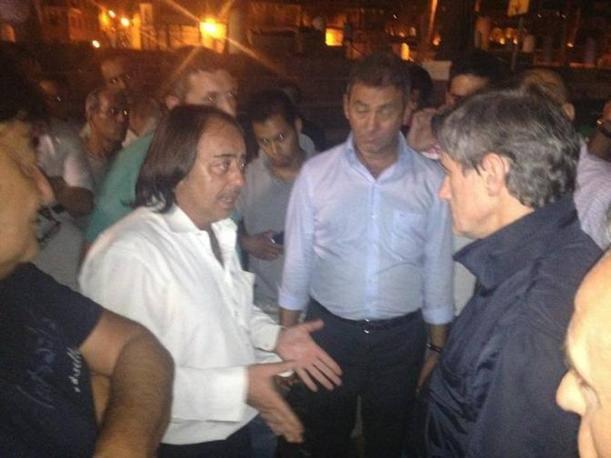 L'incontro notturno  (sono le due del mattino) in piazza Venezia con alcuni lavoratori della Gmservice che si occupano della pulizia delle metropolitane (foto da twitter di @LucaBaccarelli1)