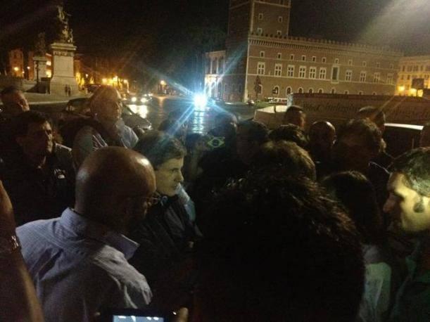 Conferenza stampa improvvisata in piazza Venezia (foto da twitter di @LucaBaccarelli1)
