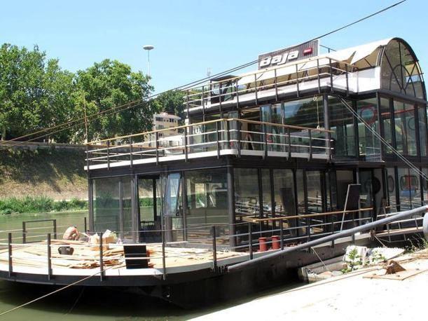 Torna il «Baja»: sul Tevere, dopo 6 anni di abbandono rinasce il barcone della musica. Lavori in corso, ma non sarà più soltanto una discoteca galleggiante (foto Torriero)