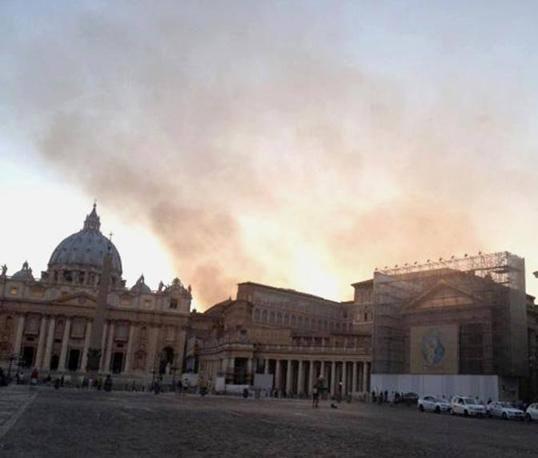 Fumo fino alle spalle di San Pietro dopo l'incendio divampato a Monte Ciocci al Trionfale (Jpeg)