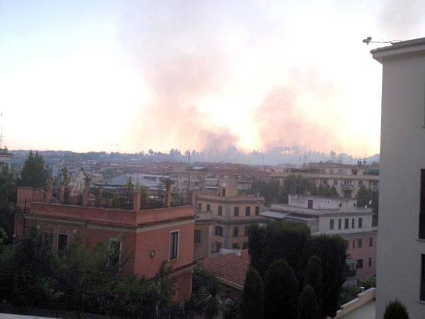 Il fumo visto dal centro citt� (Ansa)