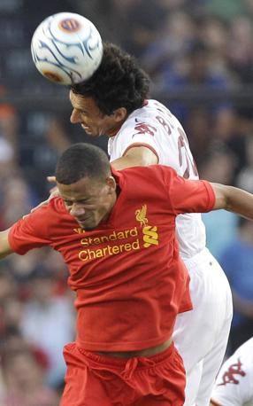 Nicola Burdisso (29) colpisce di testa e contrasta il giocatore del Liverpool Nathan Eccleston (Ap photo)