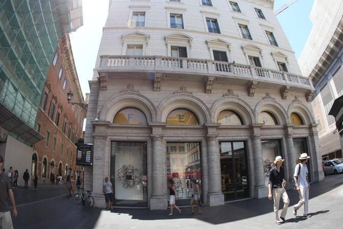 Saldi flop: primo giorno di svendite anche a Roma: poche code davanti ai negozi. Il Codacons: anche per le merci scontate calo di acquisti tra il 25 e il 30%  (foto Jpeg)