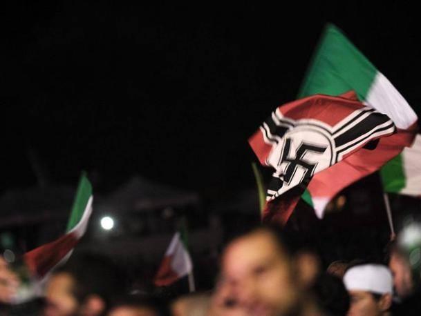 Una delle bandiere con la svastica al Circo Massimo (Jpeg)