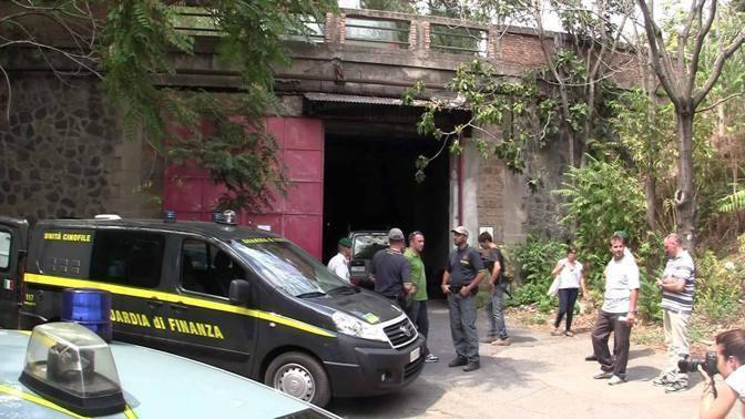 L'ingresso della «galleria» con la droga nascosta (foto Mario Proto)