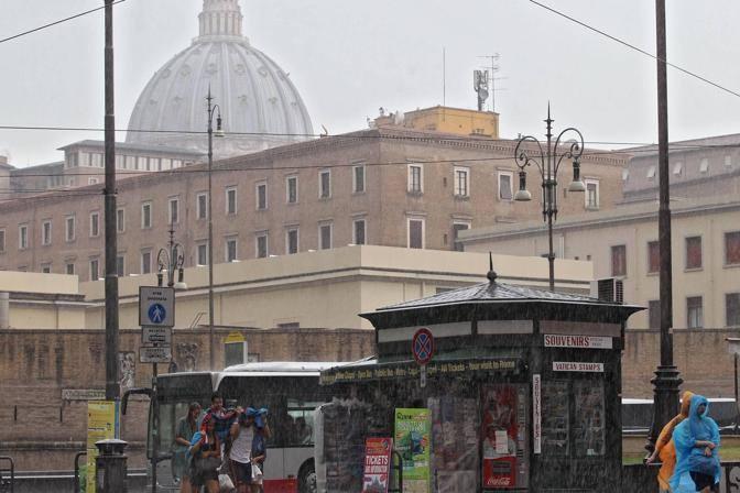 Un violento nubifragio ha colpito la Capitale luned� pomeriggio. Strade allagate e rami rotti. Colpita soprattutto la zona nord di Roma (Jpeg)