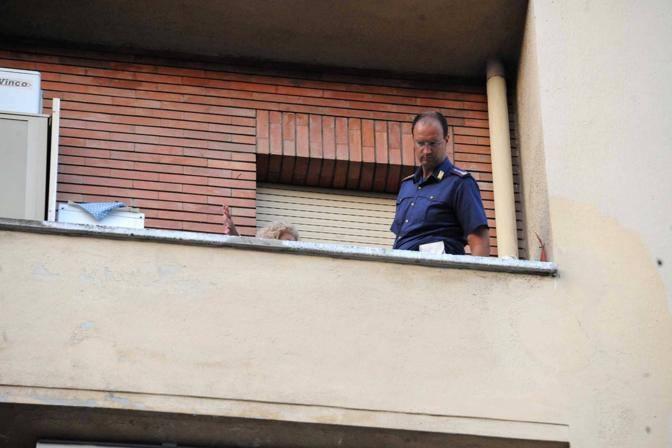 Le immagini del palazzo di via Appia, a Roma, da dove è caduto il vaso di fiori che lunedì 10 settembre ha ucciso un ragazzo. Nella foto, rilievi al piano inferiore a quello da cui è caduto il vaso (foto Proto)