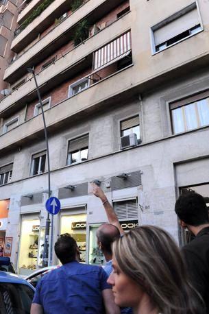 Un passante indica il balcone in via Appia, da dove è caduto il vaso di fiori che lunedì 10 settembre ha ucciso un ragazzo di 13 anni (foto Proto)