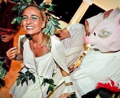 Ospiti con teste da maiali scherzano con una ragazza alla festa «Olympus» organizzata dal consigliere regionale Pdl Carlo De Romanis (foto da Facebook)