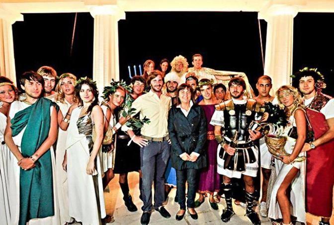 De Romanis con Renata Polverini alla festa al Foro Italico in costume da antichi greci da lui organizzata (foto da Facebook)