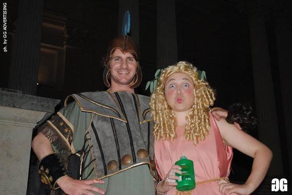De Romanis vestito da Ulisse con un'ospite alla festa al Foro Italico in costume da antichi greci da lui organizzata (foto da Facebook)