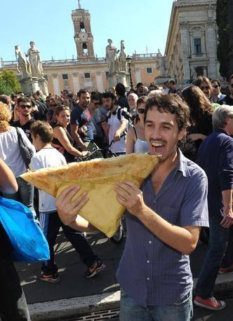Un mega-tramezzino al flash-mob di protesta contro l'ordinanza anti-bivacco del Campidoglio (Jpeg)