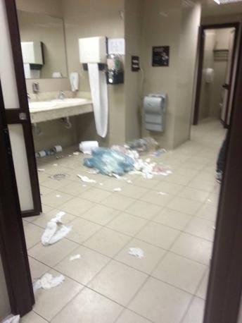 La situazione dei bagni al Leonardo da Vinci, durante lo sciopero delle pulizie cominciato il 16 novembre  (foto Costantini)