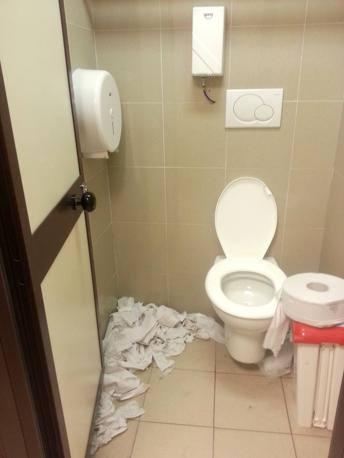 La situazione dei bagni al Leonardo da Vinci, durante lo sciopero delle pulizie  (foto Costantini)