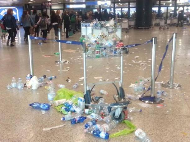 Tappeto di plastica ai check in di Fiumicino, durante lo sciopero delle pulizie  (foto Costantini)