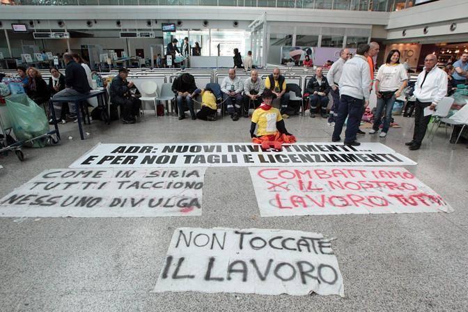 E anche lunedì 19 continua la protesta di carrellisti e addetti alle pulizie a Fiumicino. Lunedì i carrellisti si sono incatenati (Jpeg)