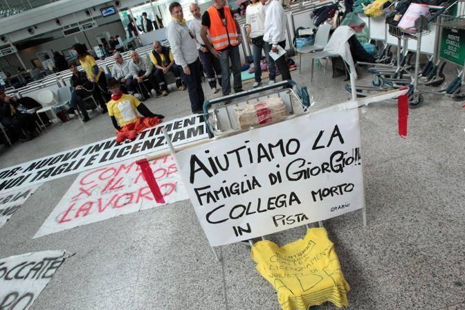 La protesta dei carrellisti ricorda anche il collega morto pochi giorni fa proprio mentre caricava dei bagagli su un aereo (Jpeg)