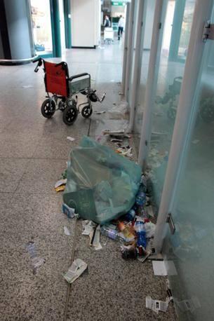 E continua anche lo sciopero degli addetti alle pulizie: rifiuti ovunque nello scalo romano (Jpeg)