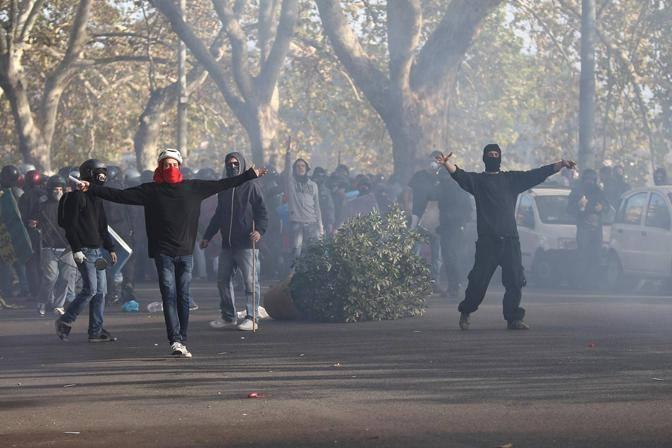Scontri tra manifestanti e forze dell'ordine a Roma durante il corteo degli studenti deviato sul Lungotevere(Jpeg)
