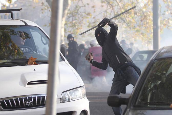 Lanci di sassi, bottiglie, bastoni di ferro di alcuni «infiltrati» nel corteo degli studenti contro polizia e carabinieri (Jpeg)