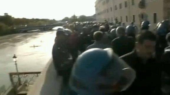 L'assedio delle forze dell'ordine agli studenti dopo gli scontri sul lungotevere (Jpeg)