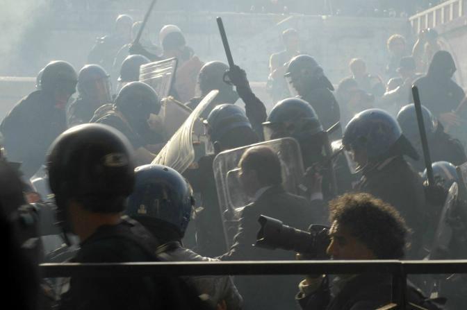 Un momento degli scontri tra manifestanti e forze dell'ordine (Carofei)