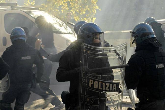 Manifestanti fuggono dopo le violenze, inseguiti dalla polizia  (Carofei)