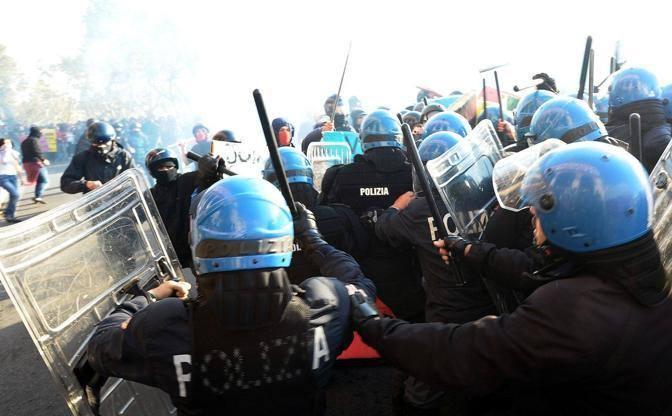 Bidoni, tavolini, sassi, scudi e bastoni le «armi» usate negli scontri con la polizia (foto Jpeg)