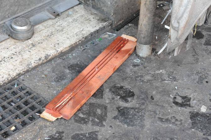 Pezzi di legno divelti usati come spranghe (Proto)