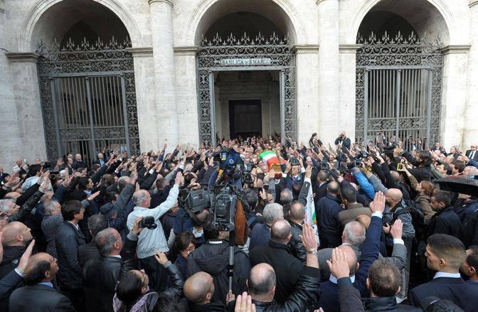 I funerali di pino rauti tra i saluti romani for Esterno basilica di san marco