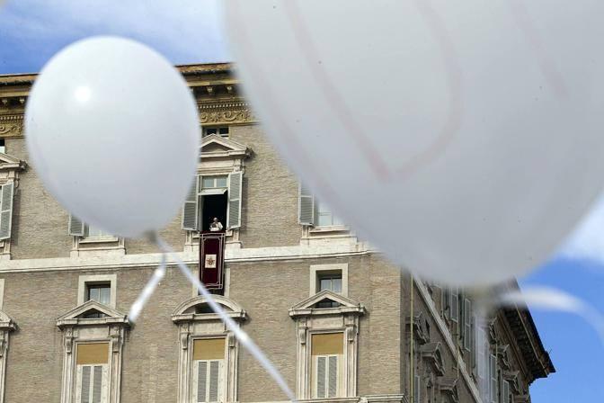 Palloncini dell' Idi sotto la finestra del Papa (foto Jpeg)