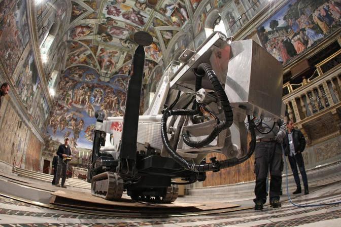 Ecco il ragno: il macchinario utilizzato per spolverare le pareti della Cappella Sistina (foto Benvegnù-Guaitoli © Musei Vaticani - Tutti i diritti riservati)