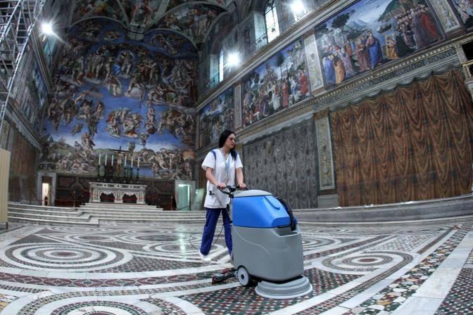 La pulizia del pavimento della Cappella (foto Benvegù-Guaitoli © Musei Vaticani - Tutti i diritti riservati)