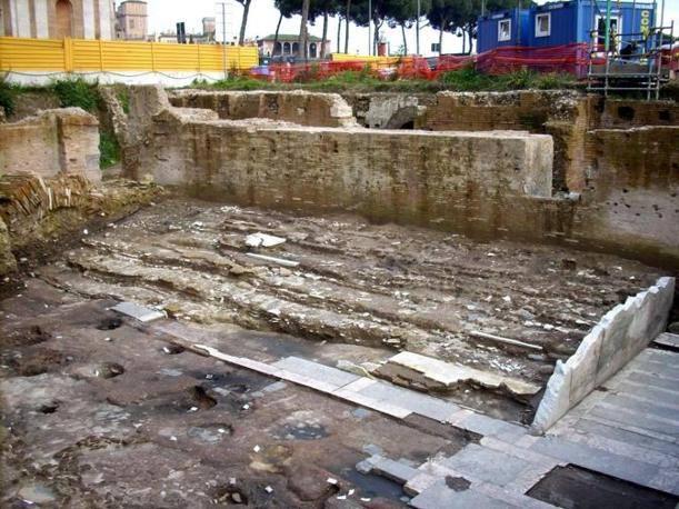 Gradoni, balaustra e pavimento antichi e fornaci altomedievali (©Soprintendenza beni archeologici Roma - InkLink Firenze)
