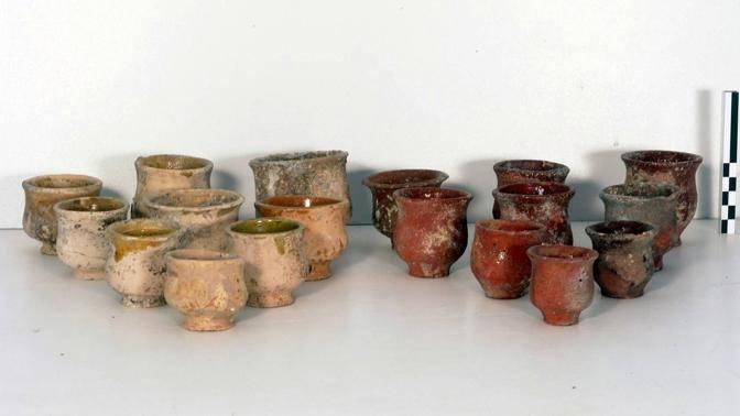 Microvasetti invetriati trovati nel sito (©Soprintendenza beni archeologici Roma - InkLink Firenze)