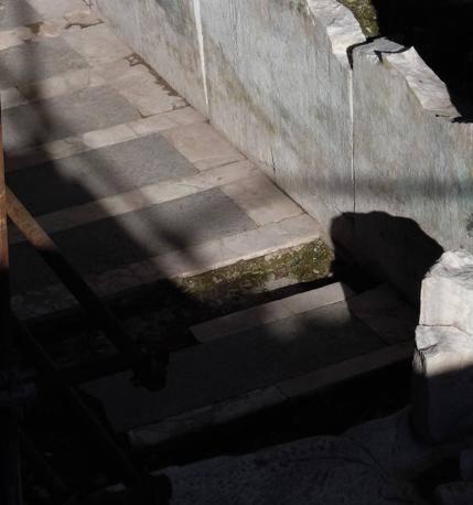 balaustra e pavimento aula centrale (©Soprintendenza beni archeologici Roma - InkLink Firenze)