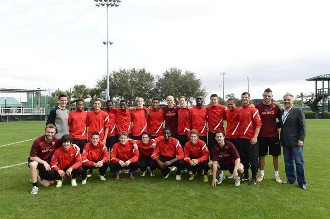 I giocatori della Roma con James Pallotta sul campo di allenamento in Florida (Ansa)