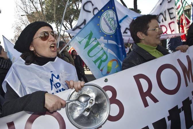 I lavoratori dell'Idi protestano per l'annuncio di 400 esuberi da parte della proprietà dell'ospedale (foto Jpeg)