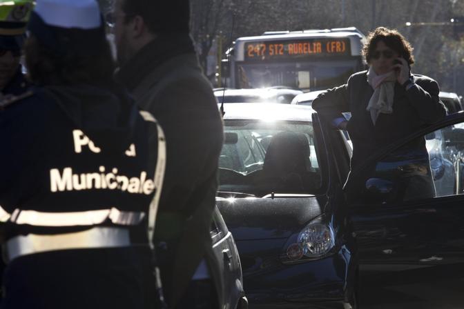 Momenti di tensione tra gli automobilisti in coda (foto Jpeg)