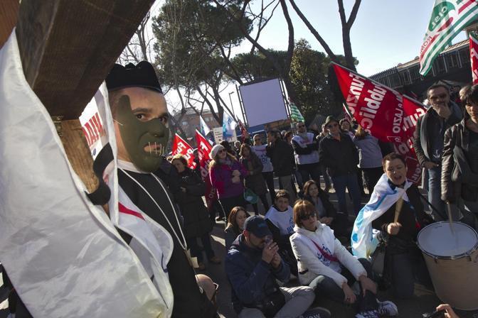 I lavoratori, circa 200 persone, hanno protestato per tutta la mattina. Una delegazione è stata ricevuta dal monsignor Pompili, sottosegretario della Cei (foto Jpeg)