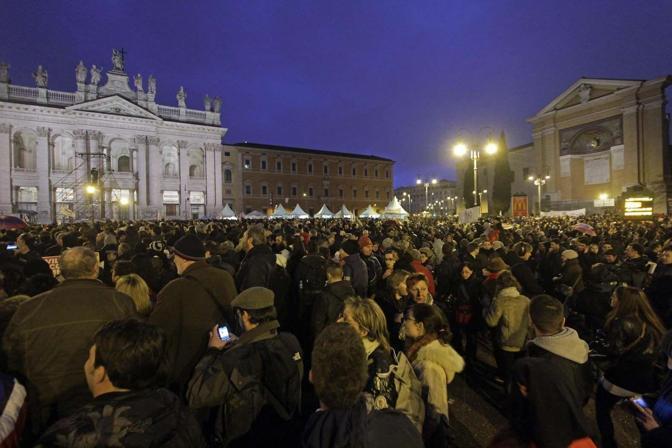 Tsunamitour: folla a San Giovanni a Roma. Gli organizzatori ironizzano: siamo 50 mila. Ma poi Grillo annuncia: «Siete 800 mila, vi abbiamo replicato col photoshop» (foto Ansa)