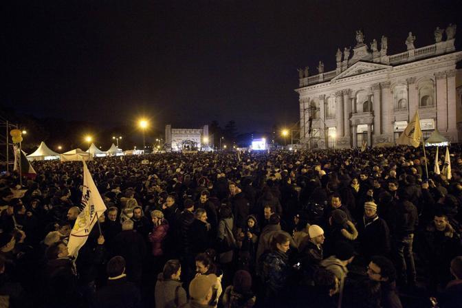 Tsunamitour: folla a San Giovanni a Roma. Gli organizzatori ironizzano: siamo 50 mila. Ma poi Grillo annuncia: «Siete 800 mila, vi abbiamo replicato col photoshop» (foto Reuters)