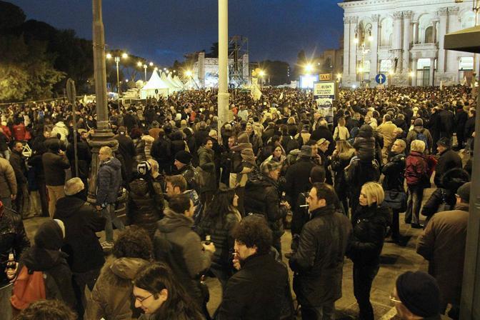 Tsunamitour: folla a San Giovanni a Roma. Gli organizzatori ironizzano: siamo 50 mila. Ma poi Grillo annuncia: «Siete 800 mila, vi abbiamo replicato col photoshop» (foto Jpeg)