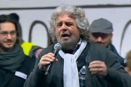 Grillo arriva in San Giovanni e subito parla ai sostenitori del Movimento 5 Stelle: «Ci chiamavano pazzi... li abbiamo spiazzati» (dalla diretta di Corriere.tv)