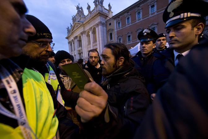 A San Giovanni  discussione tra servizio di sicurezza di M5S giornalisti, fotografi e cameraman: la stampa italiana non è stata ammessa; intervenuti i carabinieri; dopo 3 ore l'ok all'ingresso (Ansa)