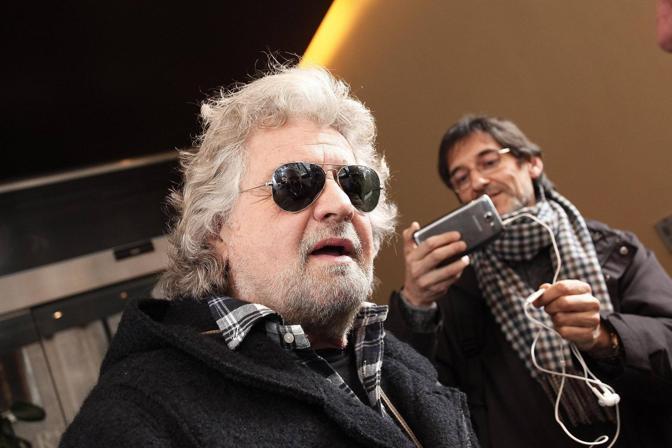 A San Giovanni  discussione tra servizio di sicurezza di M5S giornalisti e cameraman: la stampa italiana non è stata ammessa sul palco di Grillo, qui mentre rilascia un'internista alla Cnn (Ansa)