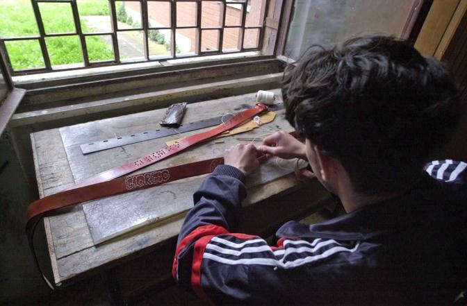 I ragazzi impegnati nei laboratori manuali in carcere (foto Proto)