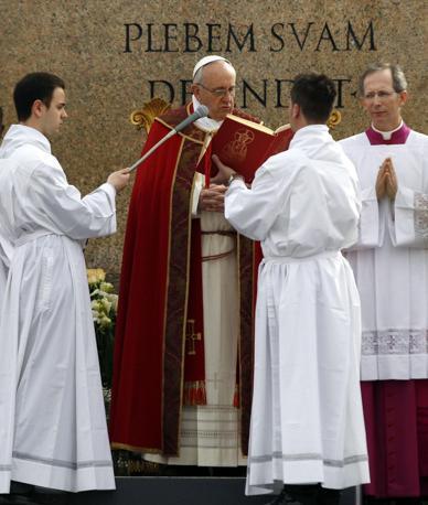 UN momento della liturgia  in piazza San Pietro (AP)