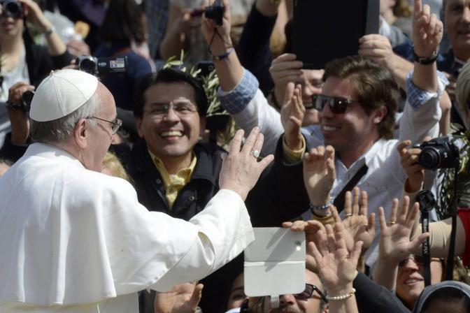 Il Papa saluta i fedeli arivati da tutto il mondo che lo hanno atteso con grande entusiamo (Afp)